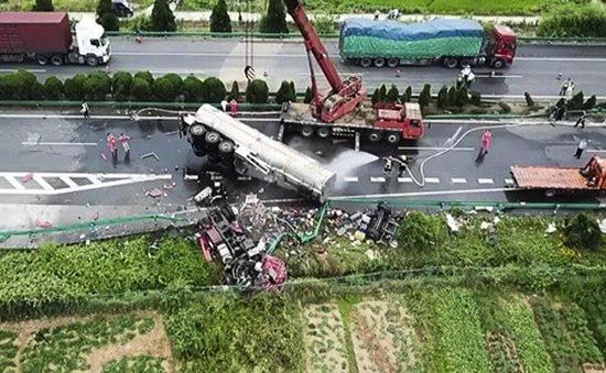 Xe khách đâm trực diện xe tải trên cao tốc Trung Quốc