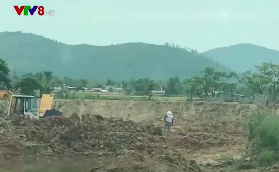 """Hà Tĩnh: """"Nóng"""" tình trạng trộm đất bán cho lò gạch"""