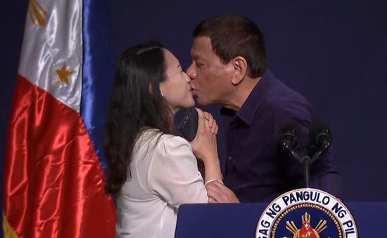 Tổng thống Philippines gây tranh cãi với hành động hôn môi nữ khán giả