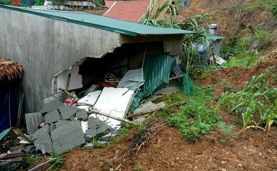 Nửa đêm đất đá sạt lở đè sập nhà, bé 3 tuổi tử vong