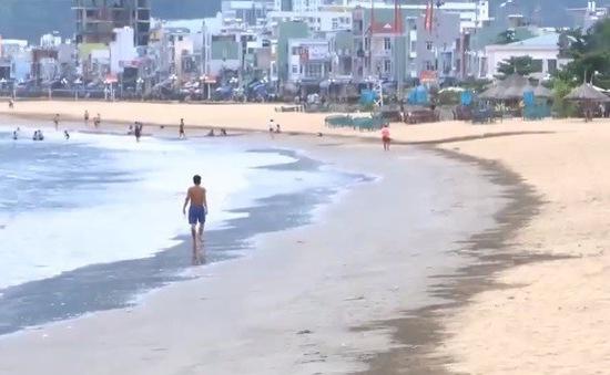 Bãi biển Quy Nhơn xuất hiện bùn đen