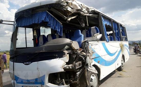 Nghệ An: Xe khách lao xuống ruộng, 10 người bị thương