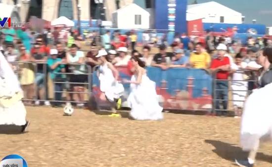 Cô dâu mặc váy... đá bóng