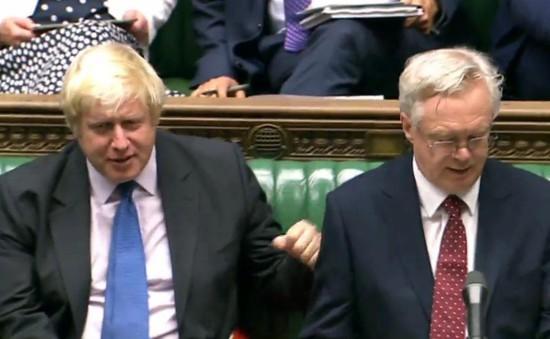"""Xáo trộn trên chính trường Anh sau khi 2 Bộ trưởng """"trụ cột"""" của Brexit từ chức"""