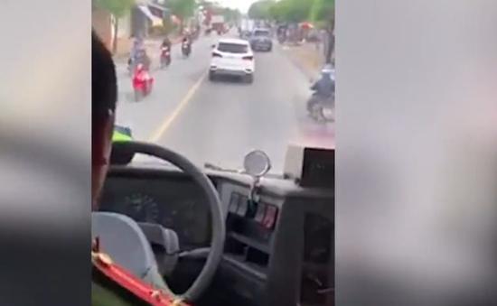 Xe cứu hỏa bấm còi liên tục, ô tô 4 chỗ quyết không nhường đường