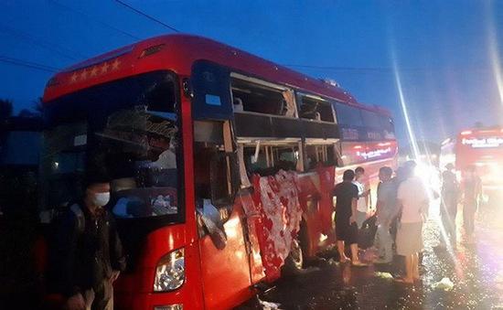 Xe khách tông nhau, hàng chục hành khách thoát chết