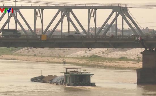 Gầm cầu thấp gây khó khăn cho tàu thuyền đi lại