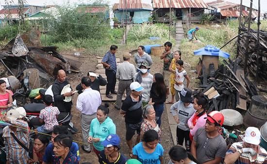 Cứu trợ các gia đình Việt kiều bị hỏa hoạn ở Campuchia