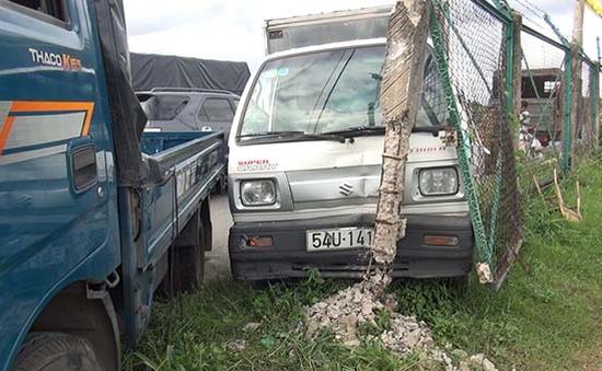 Xe tải đâm bật trụ bê tông, cuốn 2 vợ chồng vào gầm