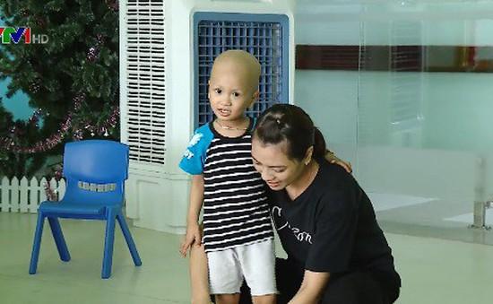 Xót xa cậu bé ung thư mồ côi cha