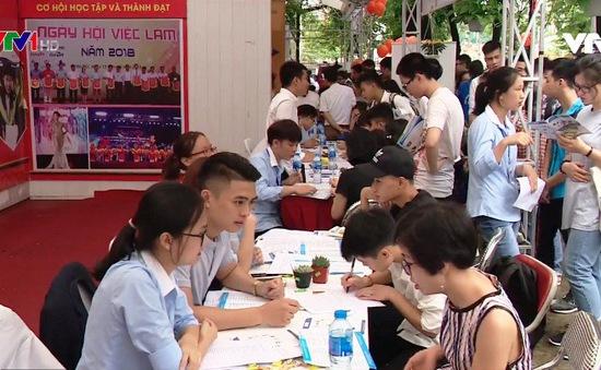 Hàng nghìn thí sinh tham gia ngày hội tư vấn xét tuyển Đại học, Cao đẳng 2018 tại Hà Nội
