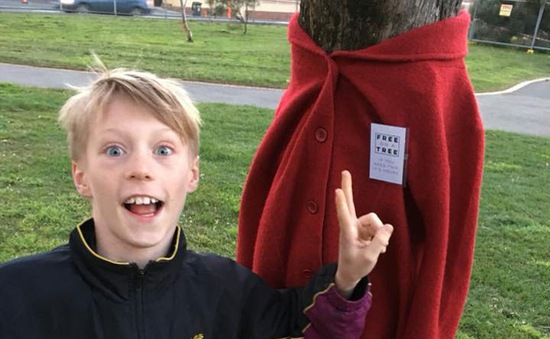 Cậu bé 10 tuổi treo áo khoác lên thân cây để giúp người vô gia cư