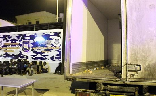 Libya phát hiện nhiều người di cư chết ngạt trong xe tải