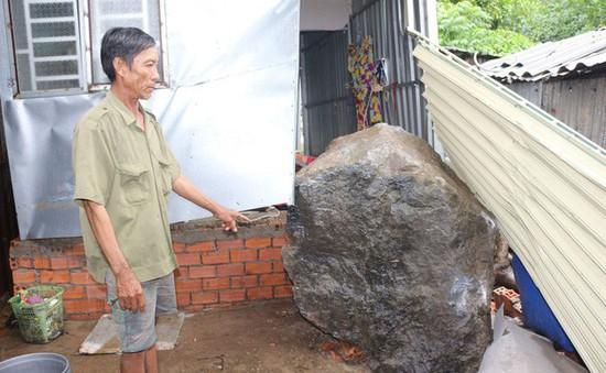 Sạt lở núi ở Kiên Giang, 2 tảng đá nặng hàng tấn lăn xuống nhà dân
