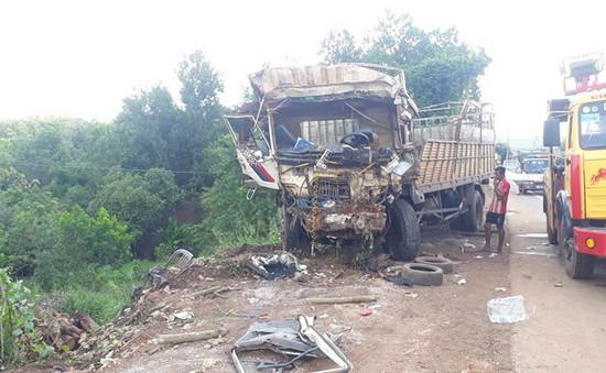 Tránh xe ba gác, xe tải lao xuống vực, 5 người thương vong