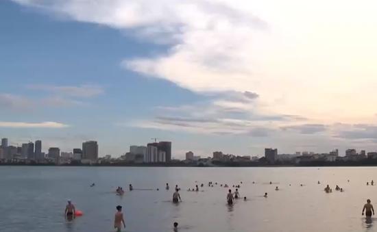 Nắng như thiêu đốt, người dân Hà Nội đổ ra sông, hồ tắm để giải nhiệt