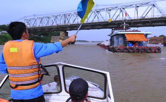 Nước sông Hồng lên cao, tàu thuyền cần lưu ý khi xuất bến
