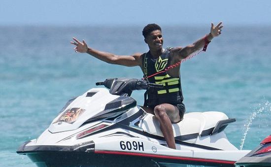 """Cặp đôi Man Utd cùng """"bồ nhí"""" tận hưởng nắng hè trên biển"""