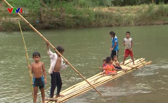 Nguy hiểm rình rập từ những chuyến bè vượt sông