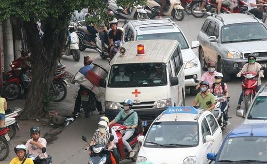 Cảnh báo tình trạng cản trở xe ưu tiên đang làm nhiệm vụ