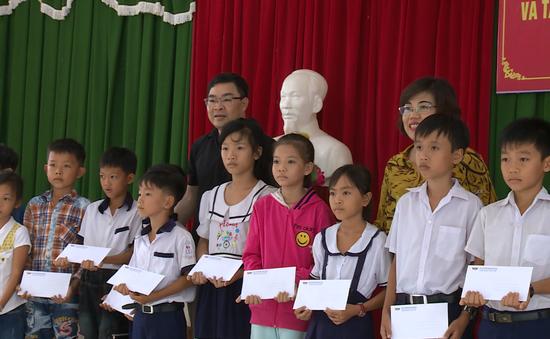 Sẻ chia yêu thương đến với các em học sinh nghèo vượt khó tại tỉnh Bến Tre