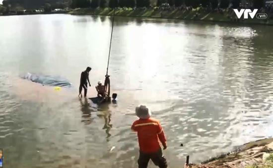 Xe tải bất ngờ lao xuống hồ Xuân Hương, Đà Lạt
