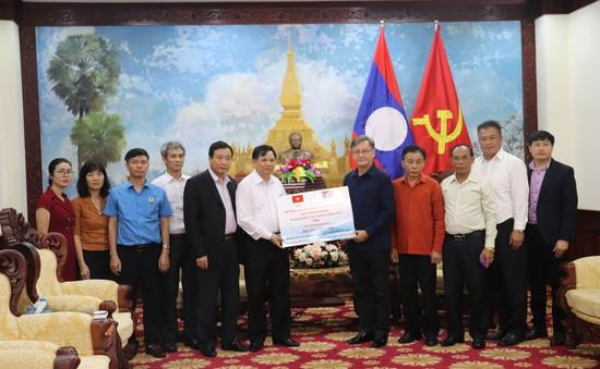 Bộ NN&PTNT trao 300 triệu đồng ủng hộ nhân dân Lào sau sự cố vỡ đập thủy điện