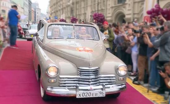 Đã mắt với dàn xe cổ màu sắc trên đường phố Moscow