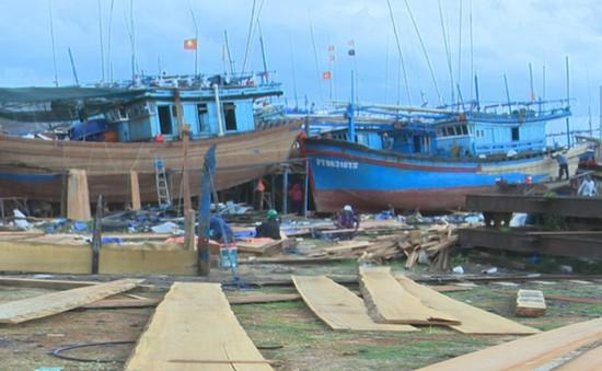 """Ngư dân loay hoay trước """"cơn sốt"""" gỗ đóng tàu"""