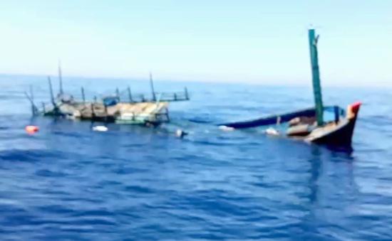 Quảng Ngãi: Chìm tàu cá, 2 ngư dân thoát nạn