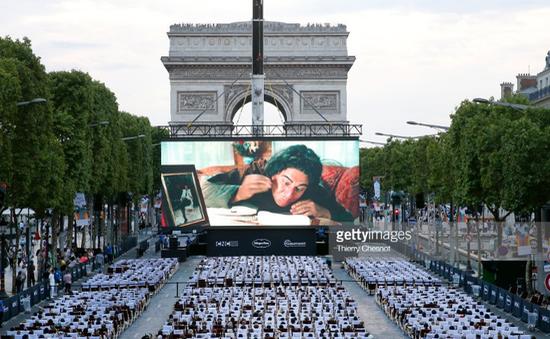 Pháp: Đại lộ Champs-Elysées biến thành rạp chiếu phim khổng lồ