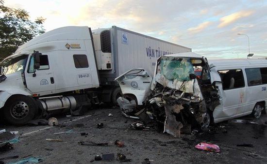Quảng Nam: Xe rước dâu va chạm xe container, 13 người chết, 4 người bị thương nặng