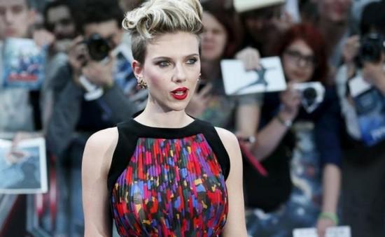 """""""Góa phụ đen"""" Scarlett Johansson bị """"ném đá"""" khi vào vai người chuyển giới"""
