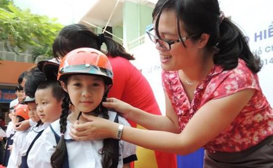 Gần 2 triệu học sinh lớp 1 trên cả nước được tặng mũ bảo hiểm