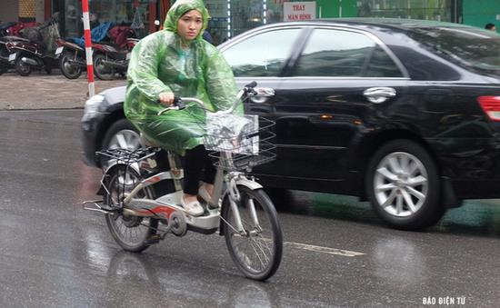 """Hà Nội đón cơn mưa """"vàng"""", giải tỏa chuỗi ngày nắng nóng"""