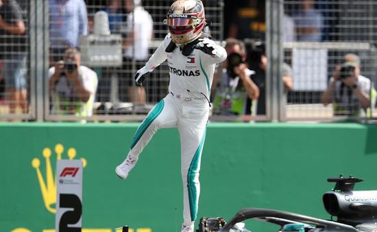 Hamilton giành pole trên sân nhà tại Anh, bộ đôi Ferrari ngay đằng sau