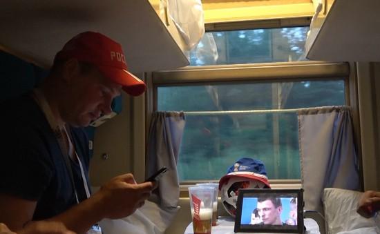 Phóng viên Thể Thao VTV tác nghiệp tại Nga: Xem bóng đá trên chuyến tàu đến Moscow