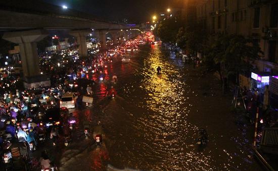 Mưa lớn tại Hà Nội gây ùn tắc giao thông nhiều giờ