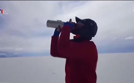 Vượt qua cánh đồng muối lớn nhất thế giới trong điều kiện tầm nhìn gần bằng 0