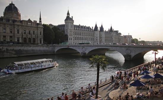 Người dân Pháp dùng nước sông Seine để giải nhiệt