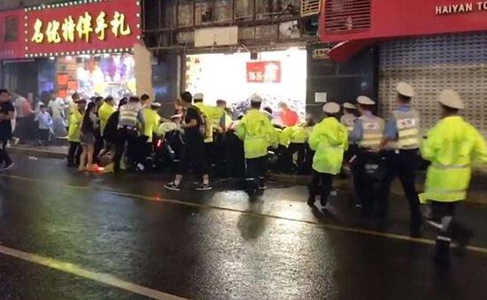 Rơi biển quảng cáo ở Thượng Hải, Trung Quốc, 9 người thương vong