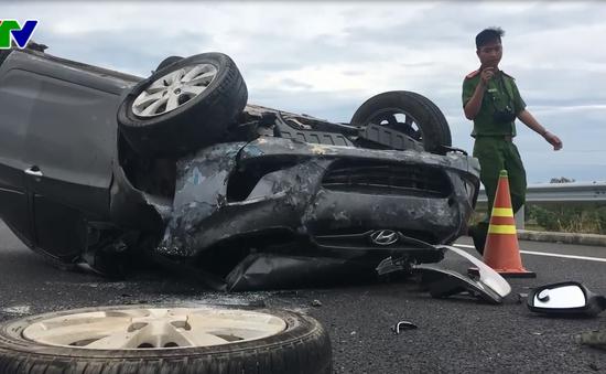 Ô tô tông vào dải phân cách trên cao tốc Đà Nẵng - Quảng Ngãi