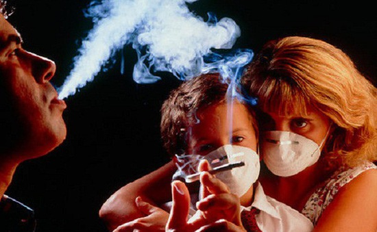 Hút thuốc thụ động có thể dẫn đến viêm khớp khi trưởng thành