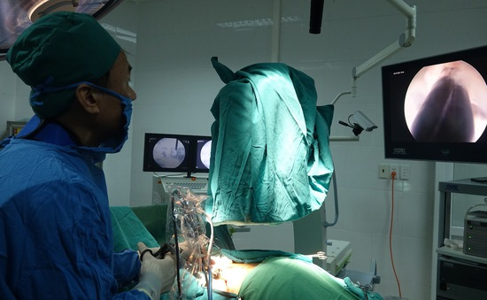 Quảng Ninh: Điều trị thoát vị đĩa đệm cột sống bằng nội soi