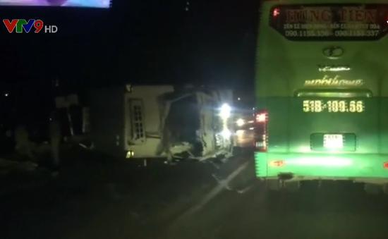 Bình Thuận: Xe tải lật giữa đường gây kẹt xe QL1A trong 5 giờ