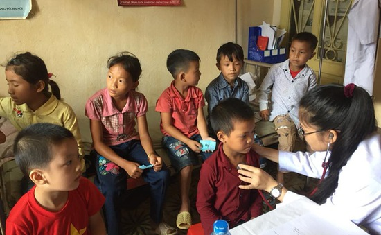 Khám phát thuốc và tư vấn dinh dưỡng cho trẻ em ở vùng cao ở Tuyên Quang