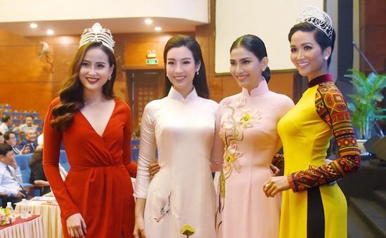 Đỗ Mỹ Linh, H'Hen Nie diện áo dài đọ dáng cùng dàn Hoa hậu, Á hậu