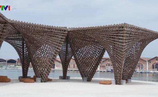 """Du khách thích thú với tác phẩm """"Tre thạch nhũ"""" ở triển lãm kiến trúc tại Italy"""