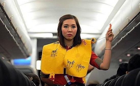 Tự ý xé áo phao trên máy bay, nam hành khách bị phạt 2 triệu đồng