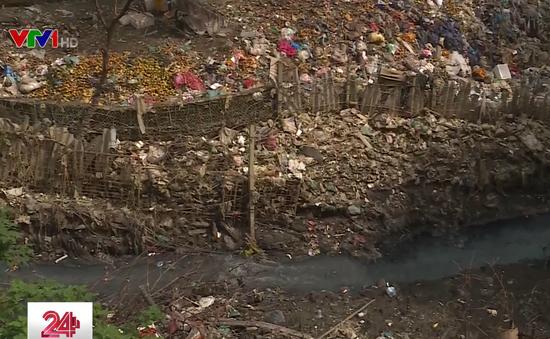 Chân cầu Long Biên ngập ngụa rác do mưa lớn kéo dài